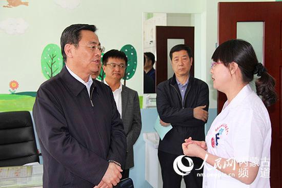 与会人员在锡林北路社区卫生服务中心了解社区医疗落地情况。