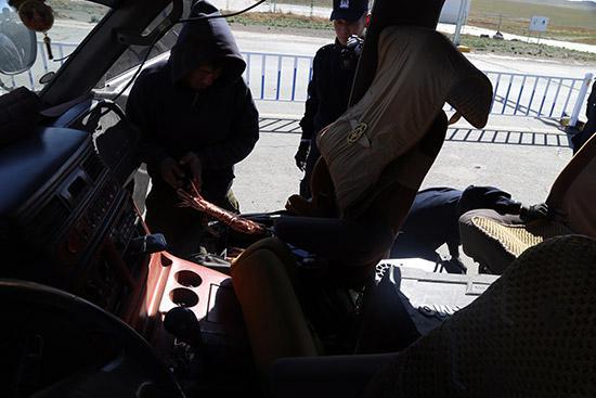 民警在车辆副驾驶座椅下发现藏匿的红铜。