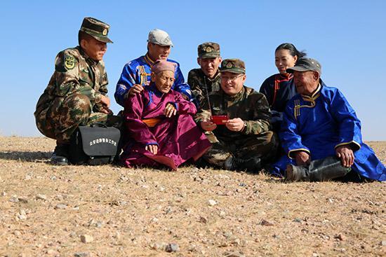 杜文伟(前排右二)和牧民们一起收听十九大开幕式广播。