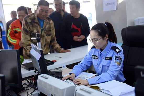 工作人员为市民办理电动车牌手续。