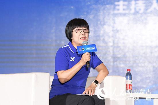 人民网副总裁唐维红主持《马拉松助力全民健身》圆桌论坛。陈立庚摄