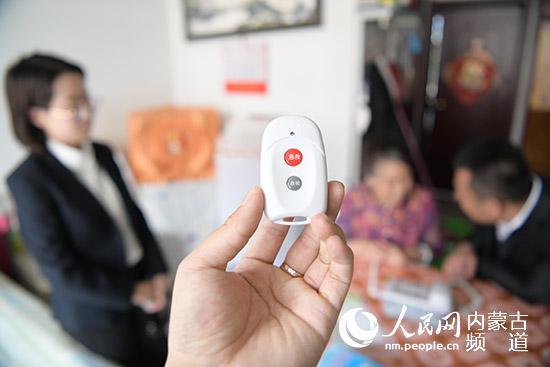老人可以通过拨打电话或按快捷键的形式拨通急救中心绿色通道。