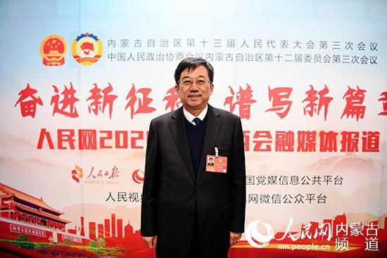 政协委员赵建华接受记者采访。