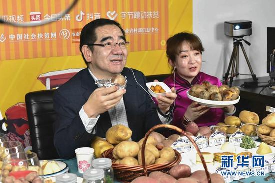 乌兰察布市副市长王心宇正在做直播。新华网发