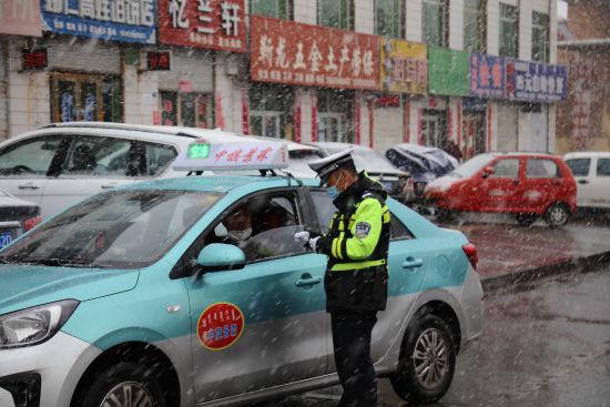 风雪无阻 乌中旗交警疏堵保畅在路上