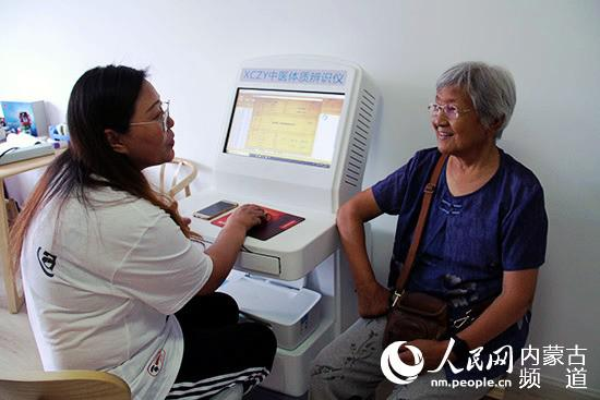 三顺店社区工作人员为赵淑美做身体检查。张聿修 摄