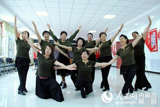 """部队社区舞蹈队正紧锣密鼓为""""八一""""建军节演出排练着。张聿修 摄"""
