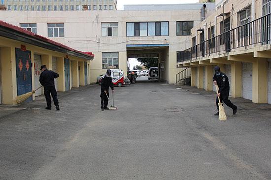 民警积极开展包联小区卫生清理整治工作。