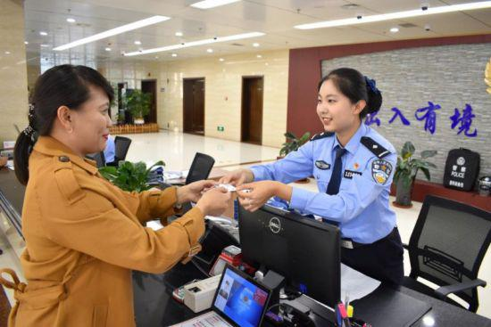 图为巴彦淖尔市公安机关出入境管理部门工作现场。