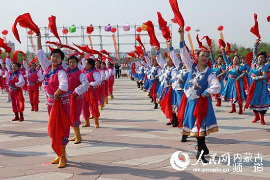 百人安代舞表演。通辽市体育局供图