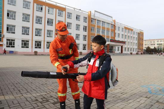 图为小朋友体会消防设施。