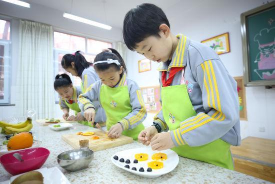 图为同学们正在制作水果拼盘。