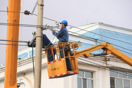 图为供电公司工作人员抢修电路。 许海亮 摄
