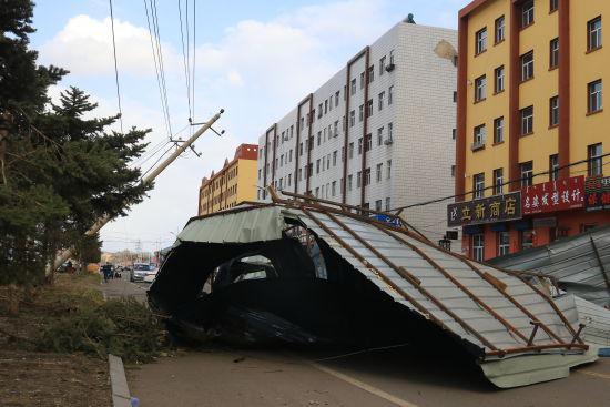 呼伦贝尔市额尔古纳遭遇8级大风屋顶被掀行人受伤