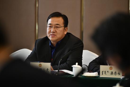 来自教育界别的委员魏山虎带来了关于岱海生态治理的提案。内蒙古日报社融媒体记者 马建荃 摄