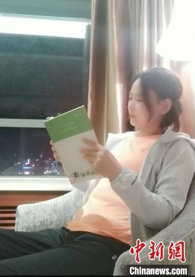 图为郑惠颖正在享受难得的读书生活。郑惠颖本人提供