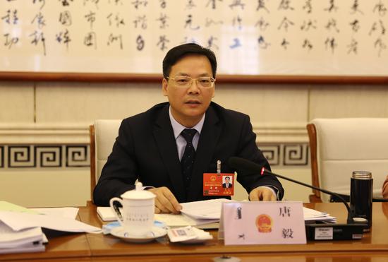 内蒙古自治区人大代表、乌海市委副书记、市长唐毅。新华网 曹桢摄