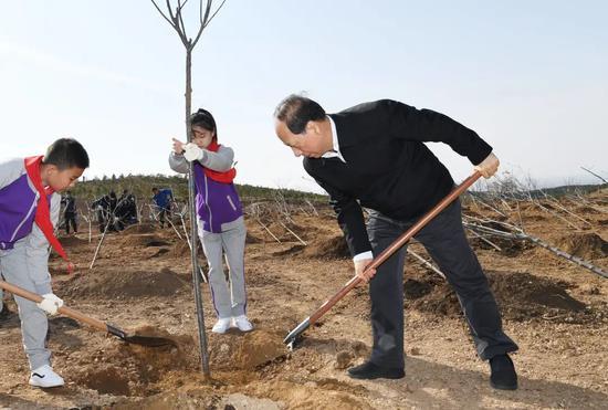内蒙古自治区党政军领导同志参加首府义务植树活动