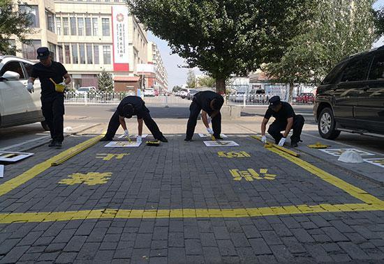 民警积极解决包联小区安全隐患。