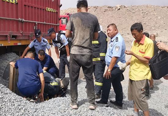 民警清理被埋人员周围的砂石