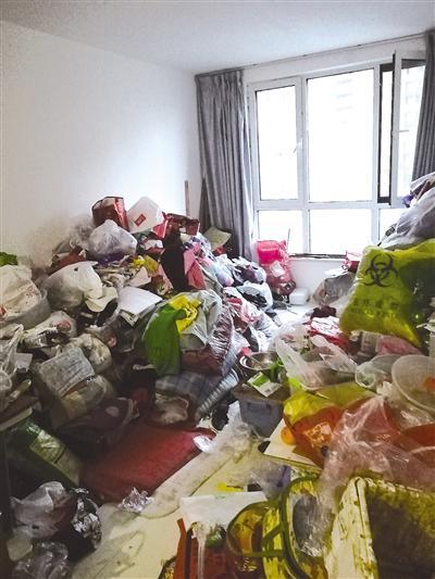 客厅里堆满了捡来的垃圾