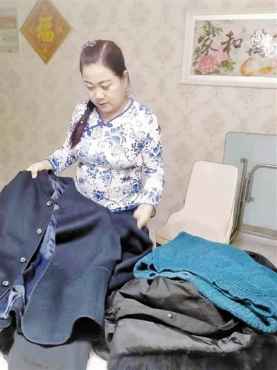 左秀杰准备把为老人买的衣物快递。