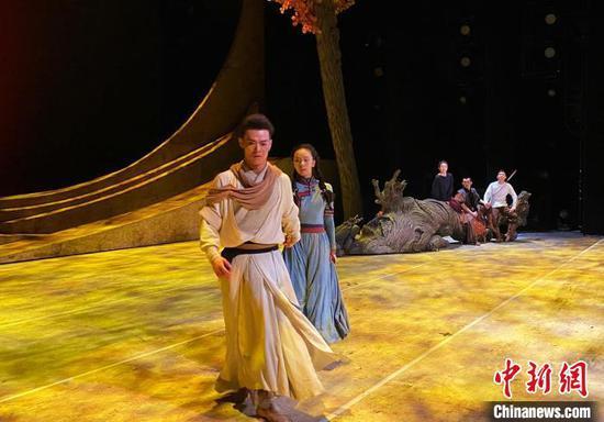 图为舞剧《驼道》在北京天桥艺术中心彩排现场。 张玮 摄