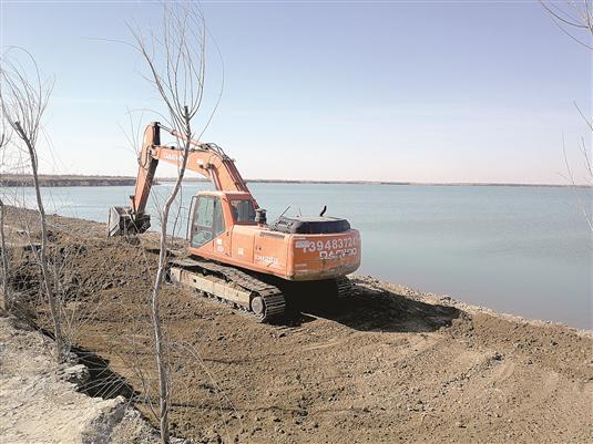 包头黄河国家湿地公园正在进行游客步道建设