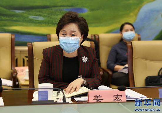 内蒙古自治区人大代表、呼伦贝尔市委副书记、市长姜宏。新华网 曹桢摄