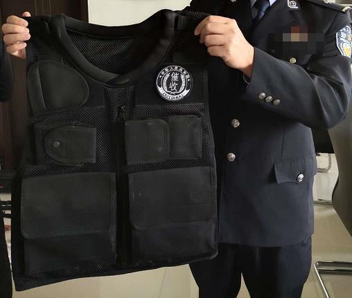 """图为黑社会组织""""菜老大""""的工作服 包头市公安机关供图"""