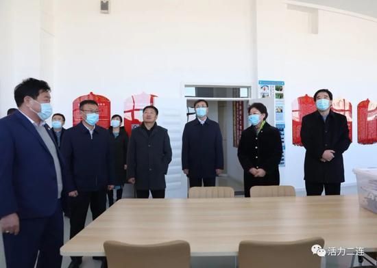 在蒙古族中学调研