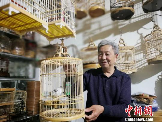 图为赵旭展示自己编织的鸟笼。受访者供图