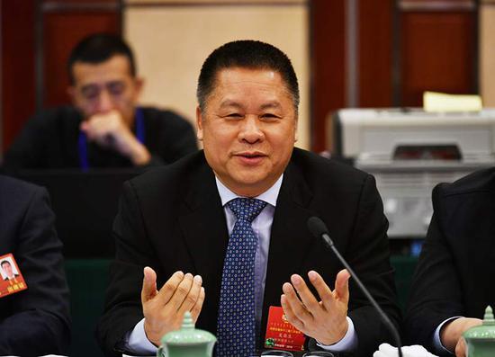 政协委员吴葵生就产业基金的使用方式提出建议。内蒙古日报社融媒体记者 马建荃 摄