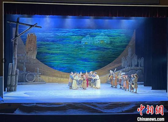 图为舞剧《驼道》在北京天桥艺术中心演出现场。 张玮 摄