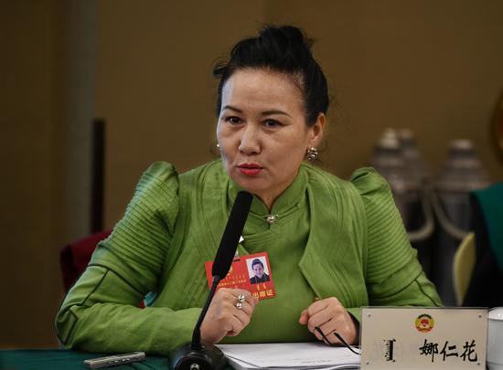 来自文化艺术界别的委员娜仁花就蒙古族服装服饰的品牌化和产业化提出自己的建议。内蒙古日报社融媒体记者 马建荃 摄