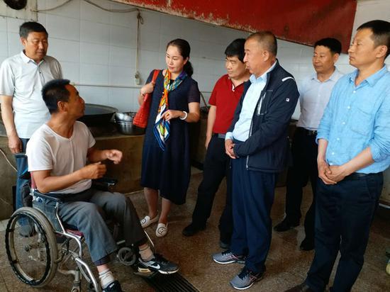 商议帮助贫困户改建、扩大豆腐加工作坊。