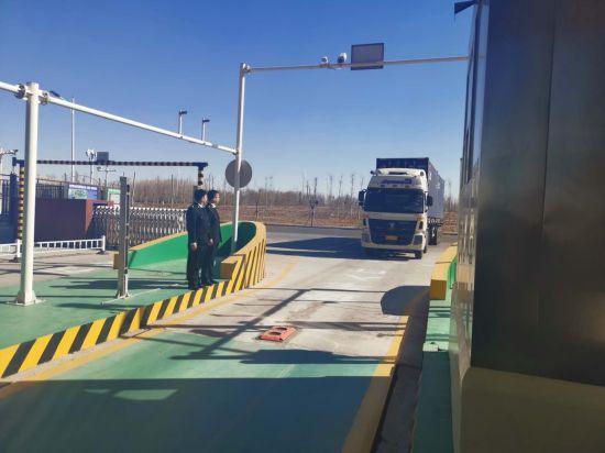 图为运输车辆通过保税物流中心的货物卡口。 刘鑫摄