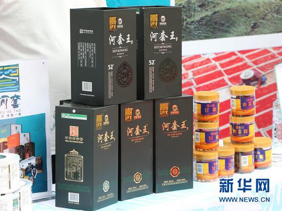 """5月18日,推介会现场展示的""""河套王""""酒。新华社记者 朱文哲 摄"""