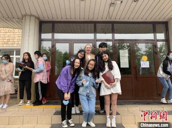 图为拿到毕业证的中国在俄留学生。 图片由内蒙古二连浩特国际学院供图 摄