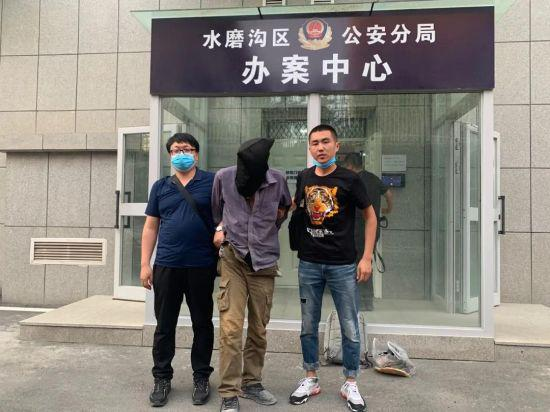 图为警方抓获犯罪嫌疑人。