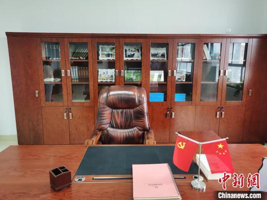 图为袁隆平在内蒙古乌兰浩特的办公室。 李爱平 摄