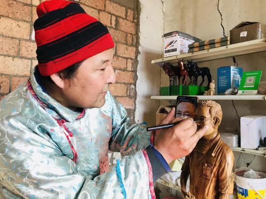 木雕传承人雕刻《钟南山》 致敬抗疫医护人员
