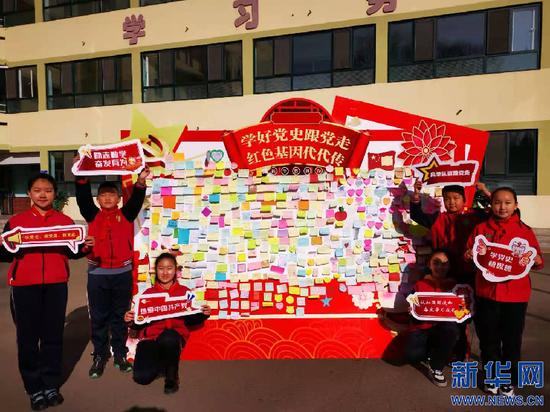 3月1日,呼和浩特市新城区呼哈路小学学生在心愿墙上写下自己新学期的希望。新华网发