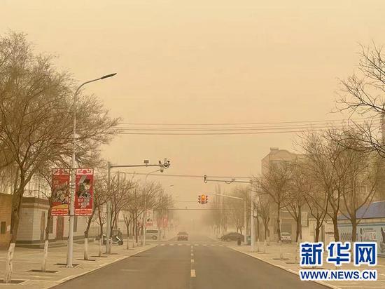 3月15日,鄂尔多斯市鄂托克前旗出现沙尘暴天气。新华网发(张瑞华 摄)