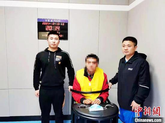 图为警方审讯犯罪嫌疑人。通辽市公安局开发区公安分局供图