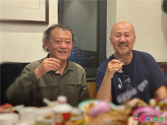 《下马拜草原》作词者鲍尔吉·原野(左)和作曲、演唱者腾格尔(右)小聚