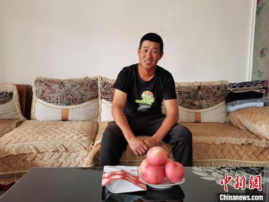 图为赵洪民讲诉自己的致富故事。 胡建华 摄