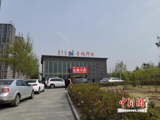 图为:挂着青城驿站牌子的小楼 胡永凤 摄