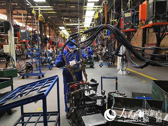 奇瑞汽车股份有限公司鄂尔多斯分公司焊装车间的工人正在忙碌工作。刘洋 摄