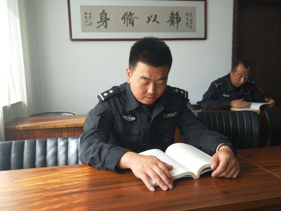 """图为民警在""""流动书屋""""读书。"""